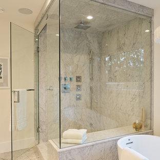 Großes Modernes Badezimmer En Suite mit flächenbündigen Schrankfronten, hellen Holzschränken, freistehender Badewanne, offener Dusche, Toilette mit Aufsatzspülkasten, weißer Wandfarbe, Marmorboden, Aufsatzwaschbecken, Marmor-Waschbecken/Waschtisch, grauem Boden, Falttür-Duschabtrennung und weißer Waschtischplatte in Vancouver