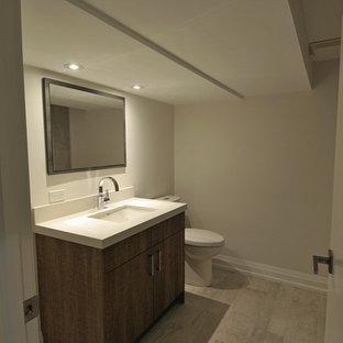 Idées déco pour une salle de bain moderne de taille moyenne avec un placard à porte plane, des portes de placard marrons, un mur gris, un sol en carrelage de céramique, un lavabo encastré, un plan de toilette en quartz modifié, un sol gris, un plan de toilette turquoise, meuble simple vasque et meuble-lavabo encastré.