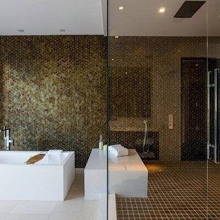 Ejemplo de cuarto de baño principal, minimalista, extra grande, sin sin inodoro, con armarios con paneles lisos, bañera exenta, sanitario de una pieza, baldosas y/o azulejos marrones, baldosas y/o azulejos de porcelana, paredes blancas y suelo de baldosas de porcelana