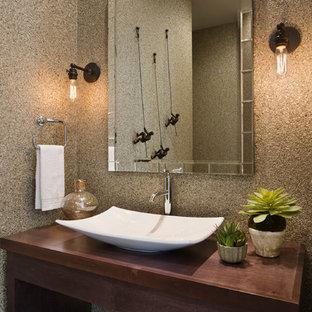 Свежая идея для дизайна: ванная комната в средиземноморском стиле с открытыми фасадами, темными деревянными фасадами, настольной раковиной и столешницей из дерева - отличное фото интерьера