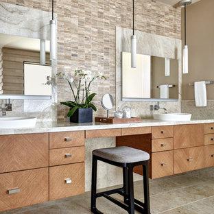 Diseño de cuarto de baño principal, de estilo americano, con armarios con paneles lisos, puertas de armario de madera clara, baldosas y/o azulejos beige, baldosas y/o azulejos multicolor, paredes beige, lavabo sobreencimera, suelo beige y encimeras beige