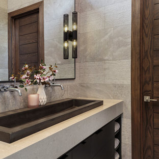 Idéer för att renovera ett mellanstort funkis en-suite badrum, med grå väggar, ett avlångt handfat, grått golv och släta luckor