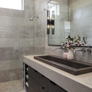 Imagen de cuarto de baño principal, minimalista, de tamaño medio, con armarios con paneles lisos, puertas de armario negras, ducha empotrada, baldosas y/o azulejos grises, lavabo de seno grande, suelo gris, ducha abierta, encimeras grises y paredes grises