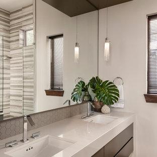 Foto di una stanza da bagno padronale minimalista di medie dimensioni con ante lisce, ante marroni, doccia alcova, pareti beige, lavabo sottopiano, porta doccia a battente e top beige
