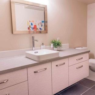 Выдающиеся фото от архитекторов и дизайнеров интерьера: ванная комната среднего размера в стиле модернизм с плоскими фасадами, искусственно-состаренными фасадами, бежевой плиткой, бежевыми стенами, полом из керамической плитки, душевой кабиной, настольной раковиной, столешницей из кварцита и серым полом
