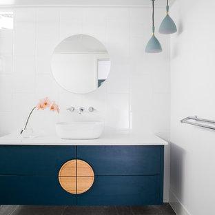 Immagine di una stanza da bagno per bambini design di medie dimensioni con ante lisce, ante blu, piastrelle bianche, piastrelle in ceramica, pavimento con piastrelle in ceramica, pavimento grigio, porta doccia a battente, lavabo a bacinella e top bianco