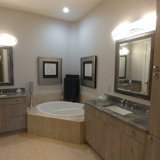 Example of a minimalist bathroom design in Tampa