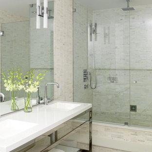 Foto di una stanza da bagno padronale industriale di medie dimensioni con lavabo a consolle, nessun'anta, ante bianche, doccia aperta, WC sospeso, piastrelle bianche, piastrelle a mosaico, pareti bianche, pavimento in cemento, top in superficie solida e pavimento grigio