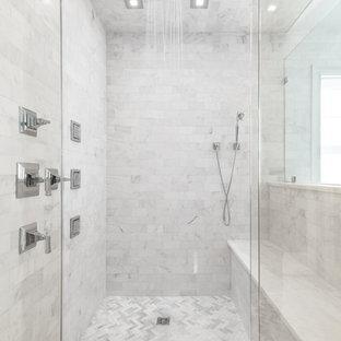 Foto de cuarto de baño principal, moderno, con baldosas y/o azulejos blancos, paredes grises, suelo de mármol y encimera de mármol