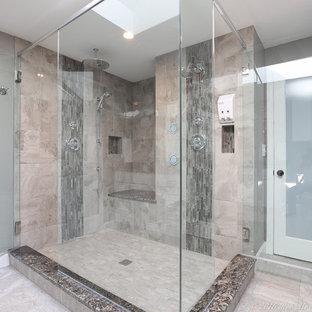 Großes Modernes Badezimmer En Suite mit Schrankfronten im Shaker-Stil, weißen Schränken, Eckdusche, beigefarbenen Fliesen, Marmorboden, Unterbauwaschbecken, Granit-Waschbecken/Waschtisch, Wandtoilette mit Spülkasten, Steinfliesen, grauer Wandfarbe, grauem Boden, Falttür-Duschabtrennung und bunter Waschtischplatte in Manchester
