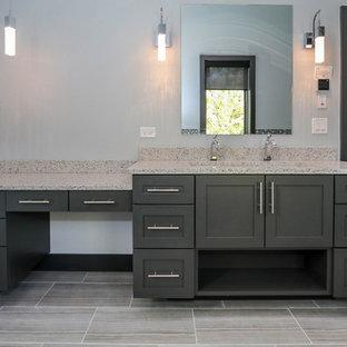 Esempio di una sauna classica di medie dimensioni con piastrelle rosse, piastrelle in ceramica, pareti grigie, pavimento con piastrelle in ceramica, lavabo a colonna, top in quarzo composito e vasca freestanding