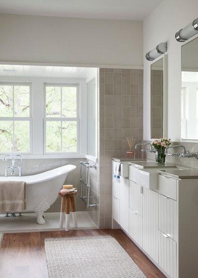 Landhausstil Badezimmer by Tim Cuppett Architects