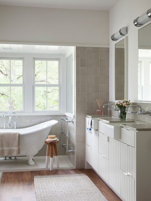 Example Of A Country Claw Foot Bathtub Design In Austin