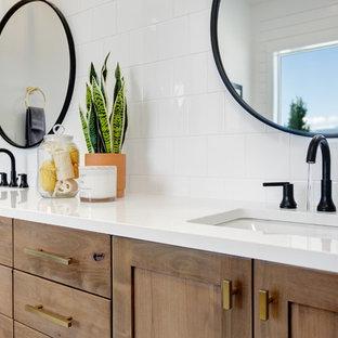 Diseño de cuarto de baño principal, campestre, grande, con armarios estilo shaker, puertas de armario de madera oscura, bañera exenta, ducha empotrada, baldosas y/o azulejos de porcelana, paredes blancas, suelo de mármol, lavabo bajoencimera, encimera de cuarzo compacto, suelo blanco, ducha abierta, encimeras blancas y baldosas y/o azulejos blancos