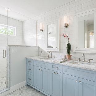 Ispirazione per una stanza da bagno padronale classica di medie dimensioni con ante in stile shaker, doccia alcova, piastrelle bianche, pareti bianche, pavimento in marmo, lavabo sottopiano, top in quarzo composito, pavimento grigio, porta doccia a battente, top grigio, ante blu e piastrelle diamantate