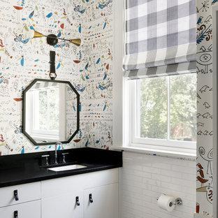 Ispirazione per una stanza da bagno per bambini classica con ante lisce, ante bianche, pareti multicolore, lavabo sottopiano, pavimento nero, piastrelle bianche e piastrelle diamantate