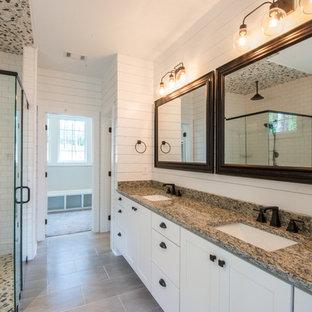 Inredning av ett lantligt stort flerfärgad flerfärgat en-suite badrum, med skåp i shakerstil, vita skåp, en öppen dusch, vita väggar, klinkergolv i porslin, ett undermonterad handfat, granitbänkskiva, grått golv och dusch med gångjärnsdörr