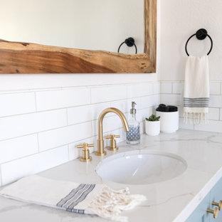Идея дизайна: ванная комната среднего размера в стиле кантри с фасадами в стиле шейкер, бирюзовыми фасадами, душем без бортиков, унитазом-моноблоком, белой плиткой, плиткой кабанчик, белыми стенами, полом из травертина, душевой кабиной, врезной раковиной, столешницей из искусственного кварца, коричневым полом, душем с раздвижными дверями, белой столешницей, нишей, тумбой под одну раковину и встроенной тумбой