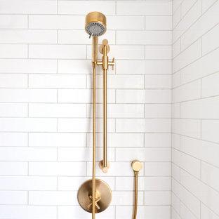 Idéer för att renovera ett mellanstort lantligt vit vitt badrum med dusch, med skåp i shakerstil, turkosa skåp, vit kakel, tunnelbanekakel, klinkergolv i småsten, ett undermonterad handfat, bänkskiva i kvarts, grått golv och dusch med skjutdörr
