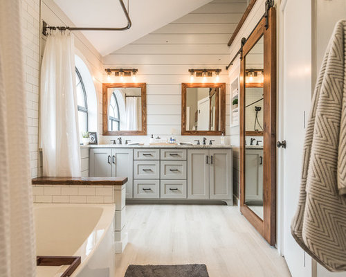 Mittelgroßes Landhausstil Badezimmer En Suite Mit Schrankfronten Im  Shaker Stil, Grauen Schränken, Badewanne