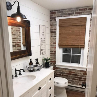 Kleines Modernes Duschbad mit Schrankfronten mit vertiefter Füllung, weißen Schränken, Eckdusche, Wandtoilette mit Spülkasten, weißen Fliesen, Keramikfliesen, weißer Wandfarbe, Sperrholzboden, integriertem Waschbecken, Beton-Waschbecken/Waschtisch, braunem Boden, Duschvorhang-Duschabtrennung und brauner Waschtischplatte in Atlanta