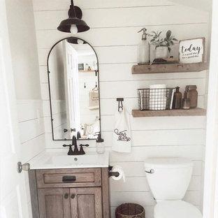 Неиссякаемый источник вдохновения для домашнего уюта: маленькая ванная комната в современном стиле с фасадами с утопленной филенкой, белыми фасадами, угловым душем, раздельным унитазом, белой плиткой, керамической плиткой, белыми стенами, полом из фанеры, душевой кабиной, монолитной раковиной, столешницей из бетона, белым полом, шторкой для душа и коричневой столешницей
