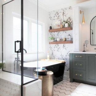 Exempel på ett mellanstort lantligt vit vitt en-suite badrum, med luckor med infälld panel, gröna skåp, ett fristående badkar, en öppen dusch, en toalettstol med separat cisternkåpa, vit kakel, porslinskakel, vita väggar, klinkergolv i porslin, ett undermonterad handfat, bänkskiva i kvarts, vitt golv och dusch med gångjärnsdörr