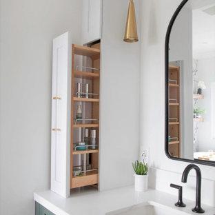 Пример оригинального дизайна: главная ванная комната среднего размера в стиле кантри с фасадами с утопленной филенкой, зелеными фасадами, отдельно стоящей ванной, открытым душем, раздельным унитазом, белой плиткой, керамогранитной плиткой, белыми стенами, полом из керамогранита, врезной раковиной, столешницей из искусственного кварца, белым полом, душем с распашными дверями, белой столешницей, сиденьем для душа, тумбой под одну раковину, встроенной тумбой и обоями на стенах