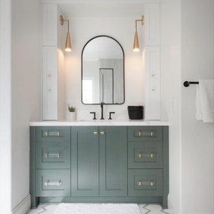 Inredning av ett mellanstort vit vitt en-suite badrum, med luckor med infälld panel, gröna skåp, ett fristående badkar, en öppen dusch, en toalettstol med separat cisternkåpa, vit kakel, porslinskakel, vita väggar, klinkergolv i porslin, ett undermonterad handfat, bänkskiva i kvarts, vitt golv och dusch med gångjärnsdörr