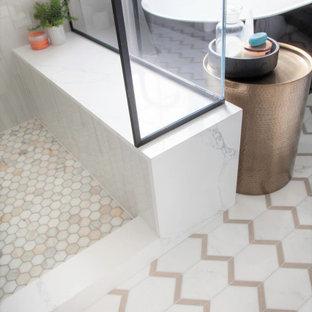 Idéer för ett mellanstort lantligt vit en-suite badrum, med luckor med infälld panel, gröna skåp, ett fristående badkar, en öppen dusch, en toalettstol med separat cisternkåpa, vit kakel, porslinskakel, vita väggar, klinkergolv i porslin, ett undermonterad handfat, bänkskiva i kvarts, vitt golv och dusch med gångjärnsdörr