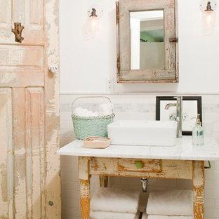 Shabby-Chic-Style Badezimmer mit verzierten Schränken, Schränken im Used-Look, weißer Wandfarbe, Aufsatzwaschbecken und weißem Boden in Los Angeles