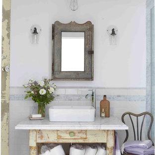 Esempio di una stanza da bagno stile shabby con consolle stile comò, ante con finitura invecchiata, pareti bianche e lavabo a bacinella