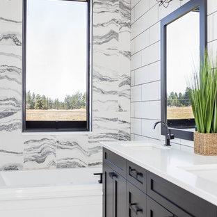 Inspiration för stora moderna vitt en-suite badrum, med luckor med infälld panel, svarta skåp, ett hörnbadkar, en öppen dusch, en toalettstol med hel cisternkåpa, vit kakel, marmorkakel, vita väggar, marmorgolv, ett integrerad handfat, bänkskiva i akrylsten, vitt golv och med dusch som är öppen