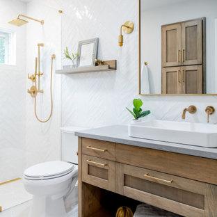 Bild på ett stort vintage grå grått badrum med dusch, med skåp i shakerstil, skåp i ljust trä, en dusch i en alkov, en toalettstol med separat cisternkåpa, vit kakel, ett fristående handfat och grått golv