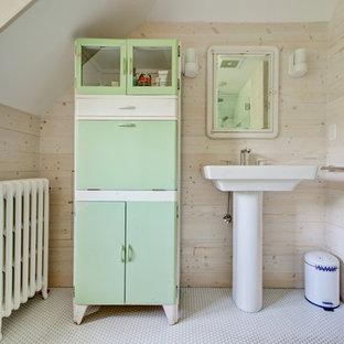Diseño de cuarto de baño campestre con lavabo con pedestal, armarios con paneles lisos, puertas de armario verdes y baldosas y/o azulejos blancos