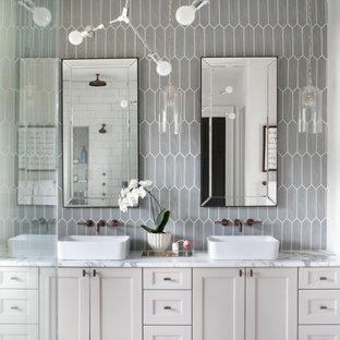 Inspiration för ett stort lantligt vit vitt en-suite badrum, med skåp i shakerstil, beige skåp, ett fristående badkar, en dusch i en alkov, grå kakel, keramikplattor, vita väggar, klinkergolv i porslin, ett fristående handfat, marmorbänkskiva, vitt golv och dusch med gångjärnsdörr