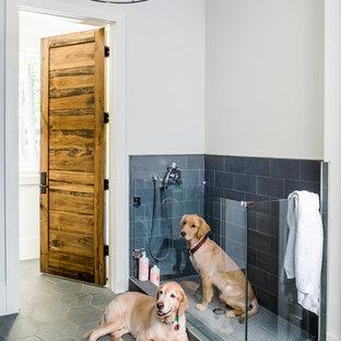 Идея дизайна: ванная комната среднего размера в стиле кантри с серой плиткой, плиткой из сланца, белыми стенами, полом из сланца и серым полом