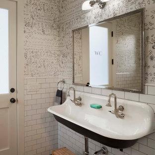 Foto de cuarto de baño infantil, de estilo de casa de campo, con lavabo de seno grande, baldosas y/o azulejos blancos, baldosas y/o azulejos de cemento y paredes multicolor