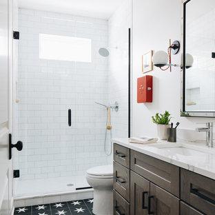 Mittelgroßes Klassisches Kinderbad mit Schrankfronten im Shaker-Stil, weißer Wandfarbe, Unterbauwaschbecken, weißer Waschtischplatte, grauen Schränken, Einbaubadewanne, Duschbadewanne, Wandtoilette mit Spülkasten, schwarzen Fliesen, Terrakottafliesen, Kalkstein, Quarzwerkstein-Waschtisch, grauem Boden, Duschvorhang-Duschabtrennung, WC-Raum, Doppelwaschbecken und eingebautem Waschtisch in Chicago