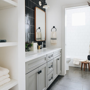Mittelgroßes Klassisches Kinderbad mit grauen Schränken, Duschbadewanne, schwarzen Fliesen, weißer Wandfarbe, Unterbauwaschbecken, grauem Boden, weißer Waschtischplatte, Schrankfronten im Shaker-Stil, Einbaubadewanne, Wandtoilette mit Spülkasten, Terrakottafliesen, Kalkstein, Quarzwerkstein-Waschtisch, Duschvorhang-Duschabtrennung, WC-Raum, Doppelwaschbecken und eingebautem Waschtisch in Chicago