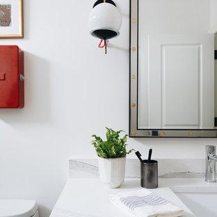 Mittelgroßes Klassisches Kinderbad mit Schrankfronten im Shaker-Stil, grauen Schränken, Einbaubadewanne, Duschbadewanne, Wandtoilette mit Spülkasten, schwarzen Fliesen, Terrakottafliesen, weißer Wandfarbe, Kalkstein, Unterbauwaschbecken, Quarzwerkstein-Waschtisch, grauem Boden, Duschvorhang-Duschabtrennung, weißer Waschtischplatte, WC-Raum, Doppelwaschbecken und eingebautem Waschtisch in Chicago