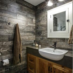 Ejemplo de cuarto de baño de estilo de casa de campo, pequeño, con lavabo encastrado, puertas de armario de madera oscura, encimera de cemento, ducha a ras de suelo, sanitario de pared, baldosas y/o azulejos grises, baldosas y/o azulejos de porcelana, paredes grises y suelo de baldosas de porcelana