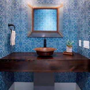 Diseño de cuarto de baño de estilo de casa de campo, de tamaño medio, con paredes azules, suelo de madera en tonos medios y encimera de madera