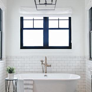 Idee per una stanza da bagno padronale country con vasca freestanding, piastrelle bianche, piastrelle diamantate, pareti bianche e pavimento multicolore