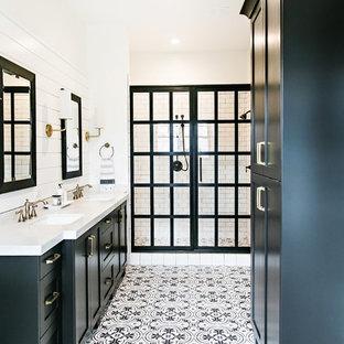 Ispirazione per una stanza da bagno padronale country con ante in stile shaker, ante nere, pareti bianche, lavabo sottopiano e pavimento multicolore