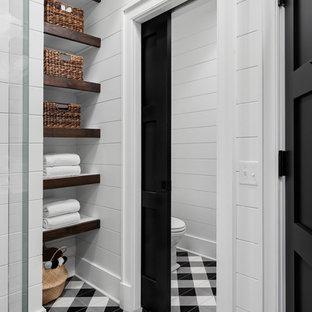 Modelo de cuarto de baño infantil, de estilo de casa de campo, de tamaño medio, con sanitario de dos piezas, baldosas y/o azulejos blancos, paredes blancas, suelo de baldosas de cerámica y suelo multicolor