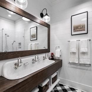 Стильный дизайн: большая детская ванная комната в стиле кантри с открытыми фасадами, темными деревянными фасадами, угловой ванной, открытым душем, белой плиткой, плиткой кабанчик, белыми стенами, полом из керамической плитки, накладной раковиной, столешницей из дерева, коричневым полом, открытым душем и коричневой столешницей - последний тренд