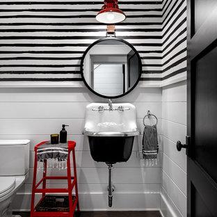 Foto de cuarto de baño infantil, campestre, grande, con paredes blancas, lavabo suspendido, suelo de madera oscura y suelo marrón