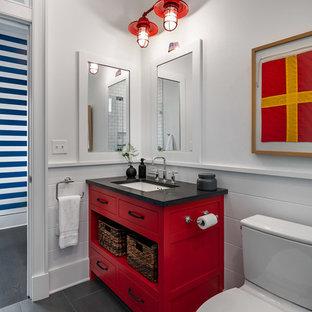 ニューヨークの大きいカントリー風おしゃれな子供用バスルーム (フラットパネル扉のキャビネット、赤いキャビネット、白い壁、スレートの床、アンダーカウンター洗面器、グレーの床、黒い洗面カウンター) の写真