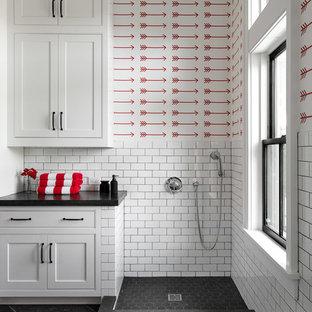 Ispirazione per una stanza da bagno con doccia country di medie dimensioni con ante in stile shaker, ante bianche, doccia aperta, piastrelle bianche, piastrelle diamantate, pareti bianche, pavimento in ardesia, top in cemento, pavimento nero, doccia aperta e top nero